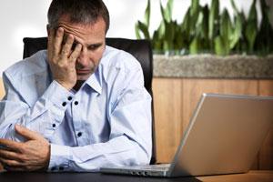 Frustrierter Mann vor Laptop