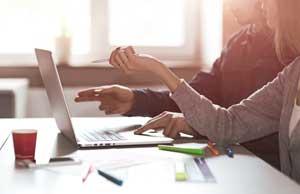 Diskussion vor Laptop SEO und Webdesign