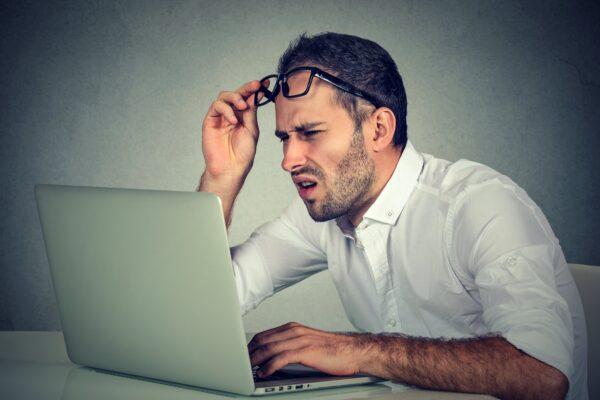 Verwirrter Kunde vor Computer